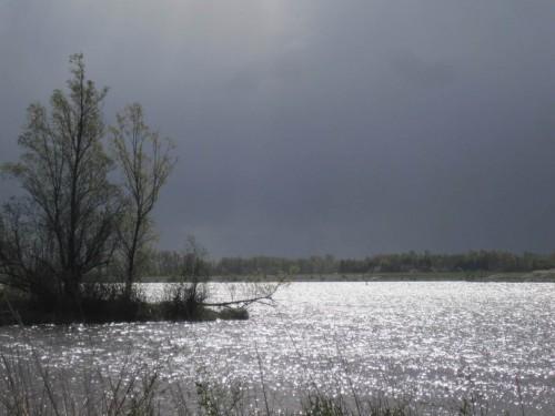 Beeindruckend sind die Wetterwechsel und ihre Ansicht, z.B. Ost - West. Hier ist gerade eine schwarze Wolkenwand mit Sturm abgezogen, die Sonne lässt das Wasser glitzern.