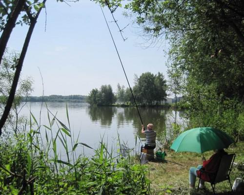 Und hier sitzen dann die versierten Frauen - hier wird, mit langer Stipprute, Fisch gefangen.