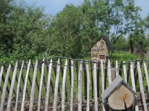 Insektenhotels, Totholz, Gebüsch und Wald beleben das Umfeld.