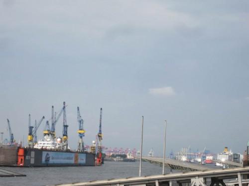 Die Vielzahl Kräne und der Kreuzfahrer rechts am West-Horizont zeigen, dass es offenbar Arbeit im Hafen gibt.