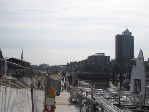 Wieder diesseits der Hochwasserschutzbaustelle, Barkassenanleger erreicht - von fern nahen die anderen, angekommen am U-Bahnhof Baumwall.