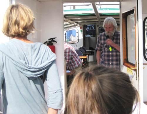 An Bord begrüßt uns zur Rundfahrt Herbert Nix, erfahrener Streiter für eine bessere Elbe.
