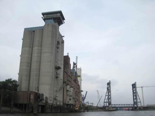 Zurück ins Hafengeschehen - große Silos warten, unter anderem auf staubende Güter.