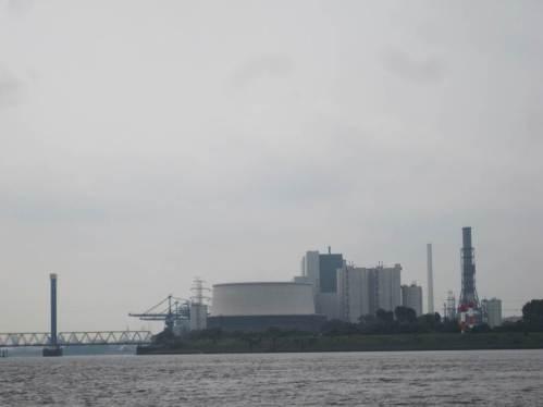 Streitobjekt Vattenfall-Kohlekraftwerk Moorburg - Novum flacher Kühlturm. Irgendwie wird man den Küstenklatsch-Spruch nicht los, eine Umwelt-Staatsrätin hätte Vattenfall diesen Großklotz durch Verdopplung ursprünglicher Pläne angeraten.