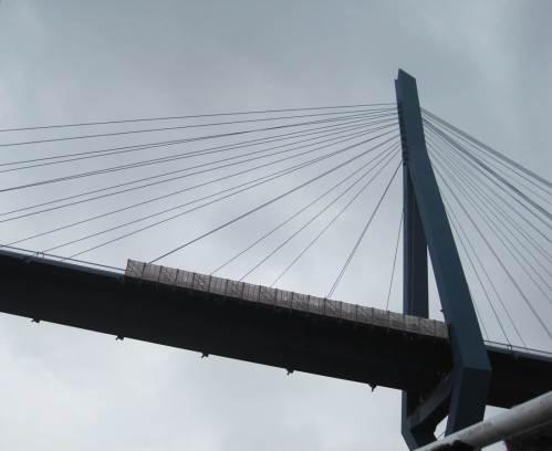 Wir passieren das Jahrhundertbauwerk Köhlbrandbrücke - nach 40 Jahren Standzeit in Abriss- und Ersatzdiskussion.