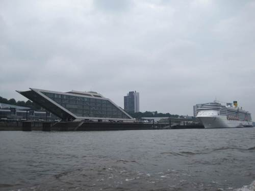 Wir erreichen die Norderelbe am Zusammenfluss mit der Süderelbe / dem Köhlbrand. Spitze Leistung, Architekten! - Und wieder ein so genanntes Traumschiff.