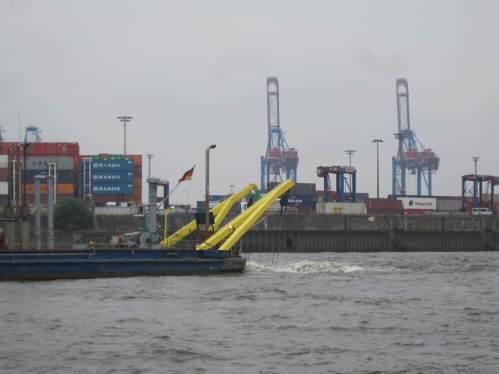 Akke in Aktion. Nachfrage beim Schiffsführer bestätigt, es herrscht Flutstrom. - Wieso, sollen Sedimente etwa elbaufwärts, Richtung Hafen, verlagert werden? - Man wundert sich.