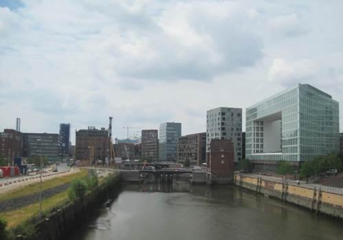 Eine Ausfahrt aus dem Hamburger Hauptbahnhof, z.B. mit dem Metronom gen Bremen bei gutem Wetter, zeigt immer Sehenswertes.