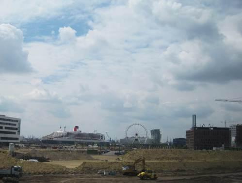 Hafencity-Baustelle mit Queen Mary 2, Schwerölverbrenner und Traumschiff.