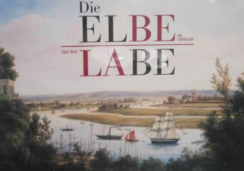 In unserer Unterkunft hängt dieses Bild. Blick vom hohen Elbenordhang auf die noch nicht eingedeichte Elbtalaue. Parallele Nebenelben mit offenem Durchfluss sind noch zu erkennen. Interessant ist auch der Aspekt der früheren Schiffstypen.