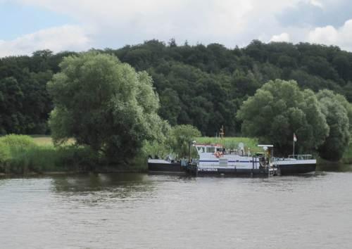 An Schiffen sehen wir eigentlich nichts - bis auf diverse Bundeswasserstraßen-Schwimmkörper.