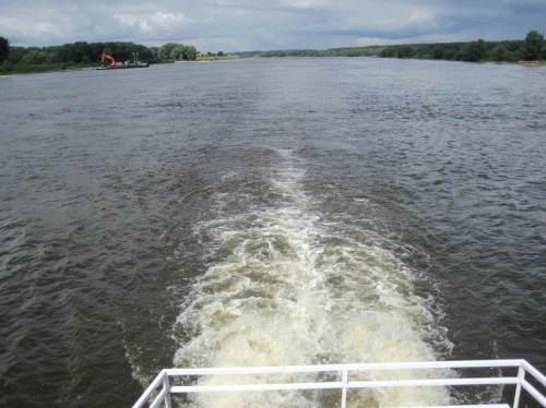 Blick zurück, wir turbulenzieren - der Greiferbagger verschwindet am Horizont. Weit und breit ausser uns kein Schiff auf der Elbe.