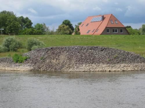 Überall liegen Haufen - z.T. sehr viel größere - am Elbeufer. Da hat die Norddeutsche Affinerie ja Glück, ihren Abfall so gut als Wirtschaftsgut unterbringen zu können. - Warum in diesem Haufen so viel Feinmaterial zu sehen ist - wir wissen es nicht.