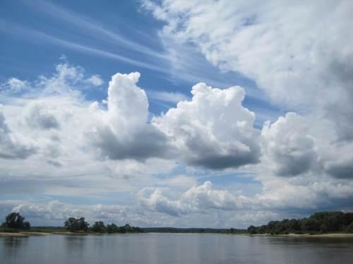 Für einen Elbe-Gruß als Postkarte geeigneter Blick. Am Horizont sind Berge zu sehen - Berge ??