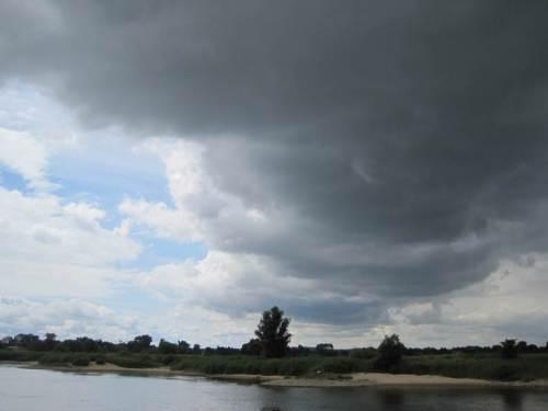 Gegen Ende der Fahrt kommt doch tatsächlich die schwärzeste Wolkenfront auf, die wir bisher hatten.