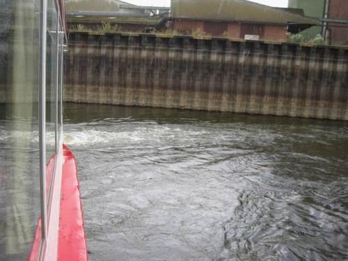 Aber der Kaptain hat noch einen Trick parat, sagt uns, bei dem Niedrigwasser könne er nicht anlegen, dreht noch eine Runde - der Regen lässt nach.