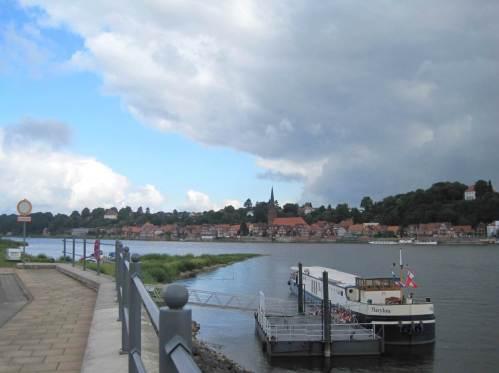 Wir haben die Elbe gequert und radeln gen Westen. Blick auf Lauenburg am nördlichen Elbhang.