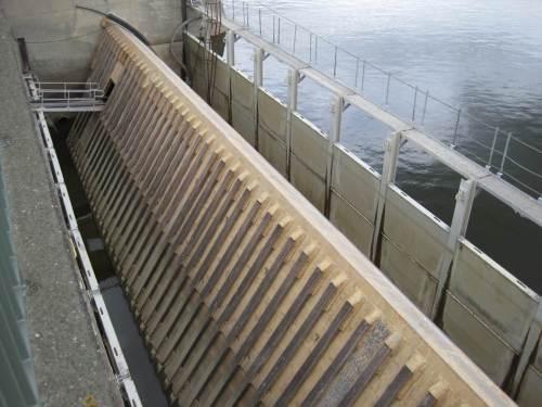 Hier ist der Abflussquerschnitt zugestaut, Arbeiten am Wehrfeld sind möglich.