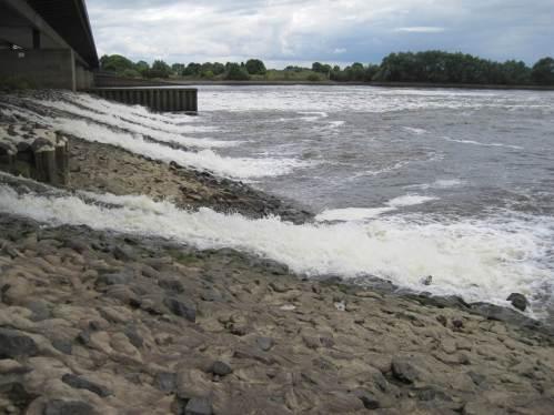 Die Wasserstandhaltung stellt sicher, dass auch die Überläufe der Lockströmungsverstärkung für den großen Fischpass am Nordufer trotz Niedrigwasserabfluss weiter funktionieren.