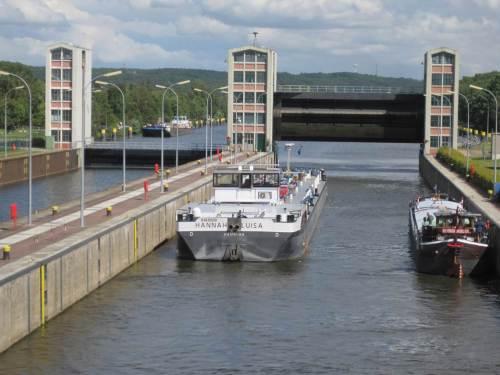 Damit die Binnenschiffe von der Tideelbe, ob Ebbe oder Flut, auf Stauraum-Niveau kommen, braucht`s natürlich auch in Geesthacht eine Schleuse.