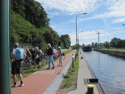 Bevor wir uns weiter mit der Elbe befassen, besichtigen wir die Lauenburger Schleuse am Elbe-Lübeck-Kanal. Gerade kommt ein Schiff von Norden herein.