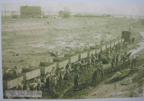 Gearbeitet wurde seinerzeit nicht per Großbagger - noch Ende der 1890er erfolgten auch solche Großerdarbeiten per Hand, wie dieses Foto in der Schleuse Lauenburg zeigt.