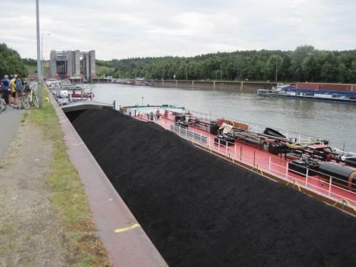 """Warten vor dem Schiffshebewerk Scharnebeck (bei Suche finde ich """"Lüneburg"""", na gut) - Kohle für Berlin."""