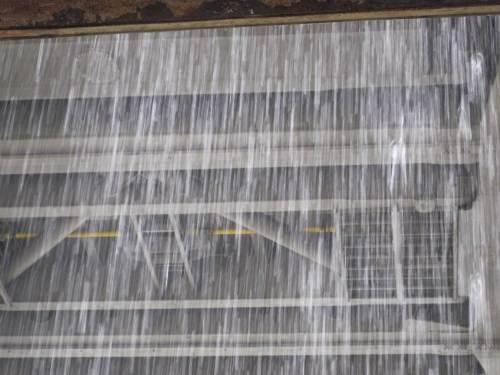 Uuuups, nach erstem Tröpfeln ein Wasserfall! So ganz ohne Pütschern geht denn das Öffnen und Schliessen des Trogs offenbar nicht. - Jetzt kommt wohl gleich ein Schiff von oben.