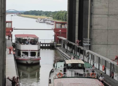 Daher ist der West-Trog schnell wieder gefüllt - ein kleines Binnenschiff und ein Ausflugsdampfer sind die Fracht.