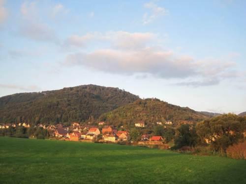 """Am gegenüberliegenden Weserufer liegt Rühle, Ausgangspunkt für Wanderungen in die """"Rühler Schweiz"""", in der Abendsonne."""