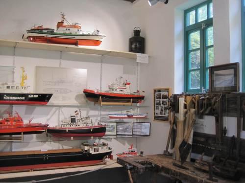 Im Erdgeschoss sind Schiffszimmererwerkzeuge und Schiffsmodelle als Beispiel örtlichen Schiffbaus zu sehen.