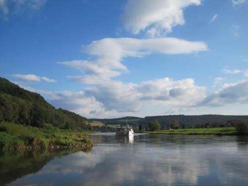 """Was für ein Wetter! Trotz Niedrigwasserführung schafft es die flach gebaute """"Karlshafen"""", weiter Touristen die Oberweser mit ihrem Weserbergland bestaunen zu lassen."""