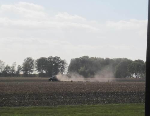 Wo`s nun seit Wochen staubtrocken ist, geht natürlich auch Partikelgebundenes in die Nachbarschaft. So darf das Umfeld nicht nur Stickstoff, sondern auch Phosphor und Pestizide aufnehmen - Umwelt wird zur Unwelt.