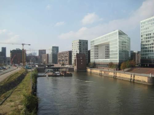 Ausfahrt aus dem Hamburger Hauptbahnhof gen Bremen entlang der Dauerbaustelle Hafencity. Die Sonne lacht.