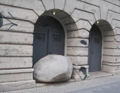 Warum mich dieser Anblick an Hamburg erinnert? - Das Tor zur Welt ist verschlossen! Gucken Sie mal auf Hamburgs Gully-Deckel!