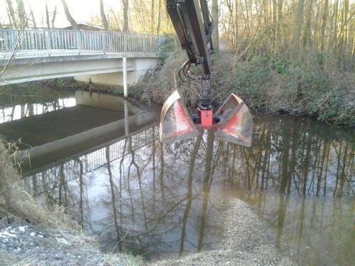 Wichtig ist die Ausrichtung des Unterwasserteils leicht gegen die Strömung - Entlastung und Schutz des Ufers.