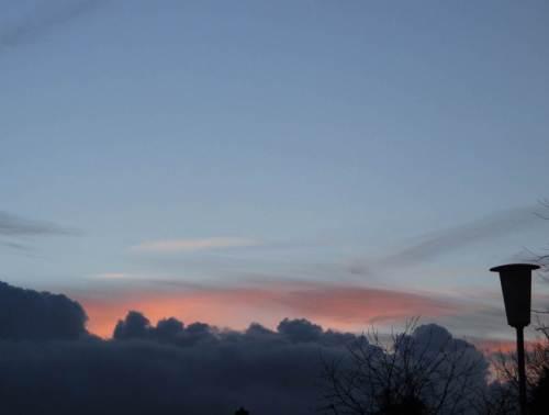 Gestern Abend rollten noch eindrucksvolle Wolkenwürste (-gebirge?) am Horizont. Der Abendschein liess aber auf Besseres hoffen.