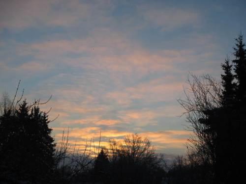 Und, siehe da, der Sonnenaufgang kündigt sich mit bunten Wolken an.