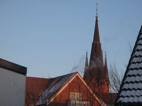 Im alten Dorfkern glüht die Kirche, hier ohne ...
