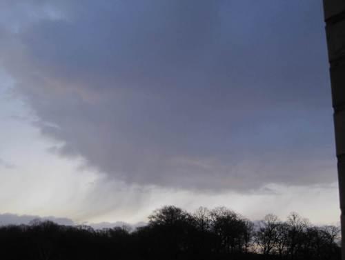 Bei klarem Himmel bretterte eine große, dunkle Wolke heran - dummerweise leckte die.