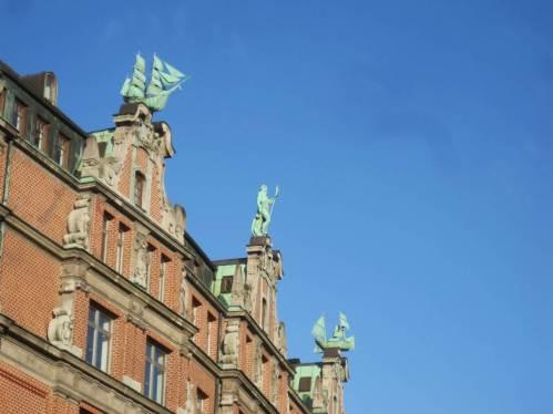 Normaler Weise sehe ich diese Handelsschiffe so. Das ist in Hamburg, gleich neben dem alten Rathaus.