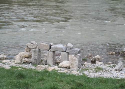 Mysterium Wasser - da wundert man sich über den plötzlichen Anblick von Stonehenge nicht.