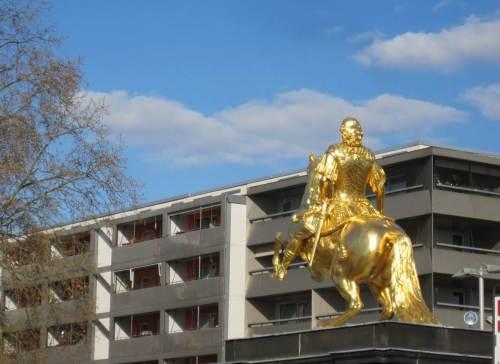 Es geht in die Stadt des Goldenen Reiters. Wozu ritt er regelhaft aus?