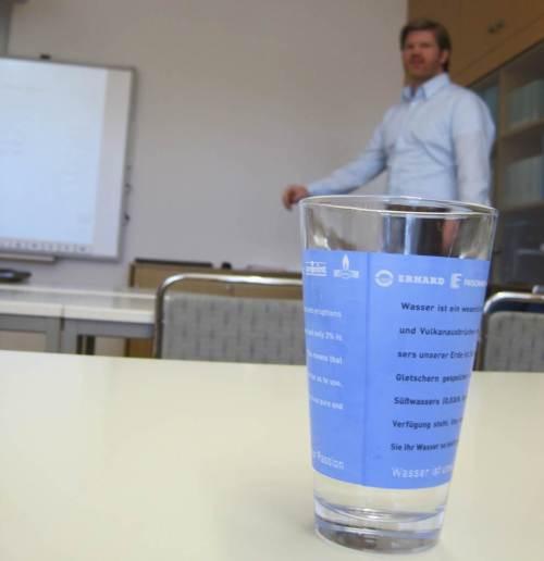 Und da ist schon unser Wissenschaftler, taucht als Schemen aus dem Wasser(glas) auf.