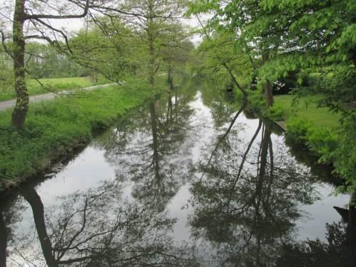 Wenn die Voraussetzungen stimmen, muss das Gewässer nicht groß sein. Ein schwach fliessendes, kanalartiges fast Stillgewässer sollte auch von Hechten gut bewohnt sein.