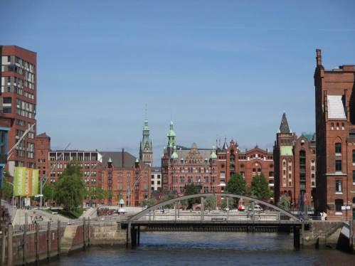 Und immer wieder Blicke über die alte Speicherstadt auf Hamburg-Türme am Horizont - wo steht das Rathaus?