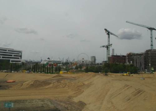 """Vorbei an der Großbaustelle Hafencity, der dortigen Universitätskeimzelle, einem """"Pocket-Park"""" - oha, ihr Hamburger Planer! - und einem kleinen, sogenannten Traumschiff fahre ich mit dem Zug nach Hamburg."""