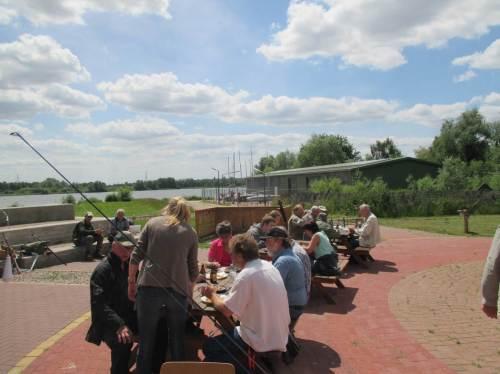 Ganz unentwegte Sonnenanbeter genossen das Mittagessen in praller Sonne. Ein Großteil der Teilnehmer zog es vor, im Haus am See zu essen.
