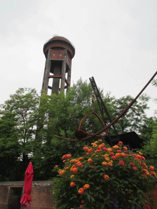 Ein alter Wasserturm überragt das Grün.