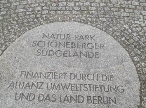 Irgendwer muss so etwas natürlich bezahlen - Dank an uns Steuerzahler, die wir über die Allianz Umweltstiftung und das Land Berlin dies schöne Erlebnisgelände ermöglicht haben.